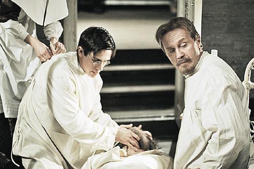 Доктор Поляков (Леонид Бичевин) и фельдшер Демьяненко (Андрей Панин) борются за жизнь безнадежного пациента.